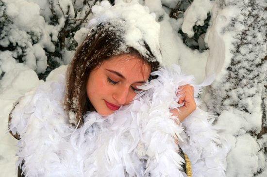 Kobieta śpi pod pierzyna ze śniegu