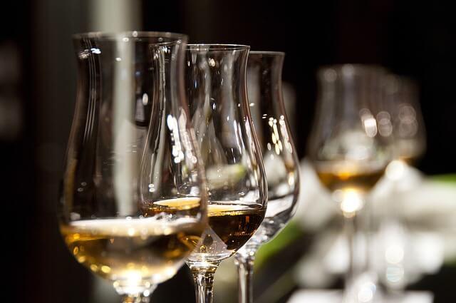 Eleganckie lampki z alkoholem ustawione w rzędzie