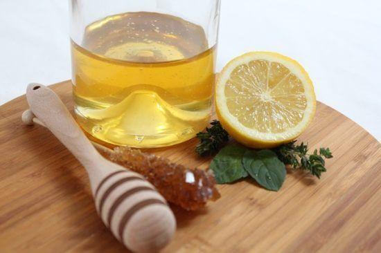 Miód i cytryna na stole