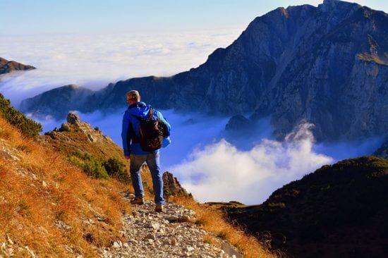 Męzczyzna spaceruje po górach