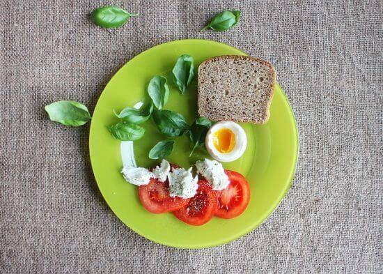 Pomidor, jako, chleb na zielonym talerzu