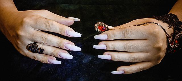 Sztuczne paznokcie na zadbanych dłoniach