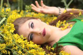 Kobieta leży wśród kwiatów