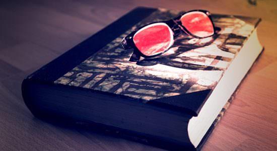 Książka i okulary na niej lężace
