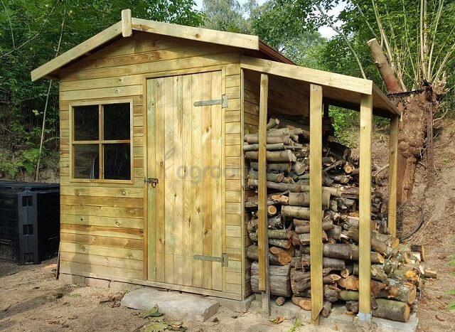 Drewniany domek z drewutnią