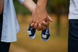 Para trzyma w rękach małe buciki