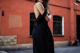 Kobieta w eleganckiej sukni