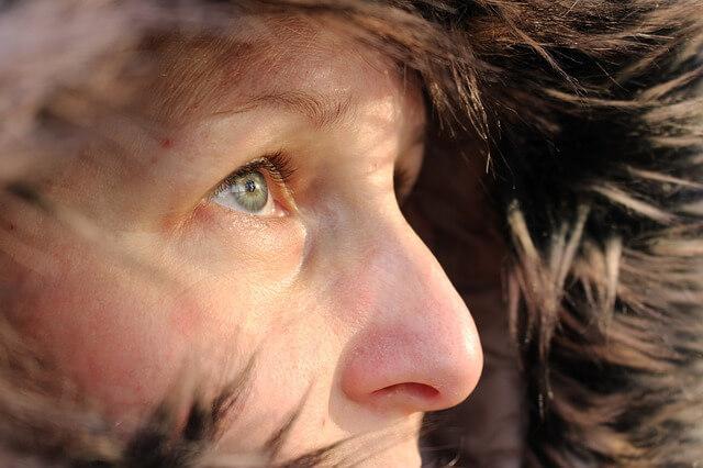 kobieca twarz w zimny dzień