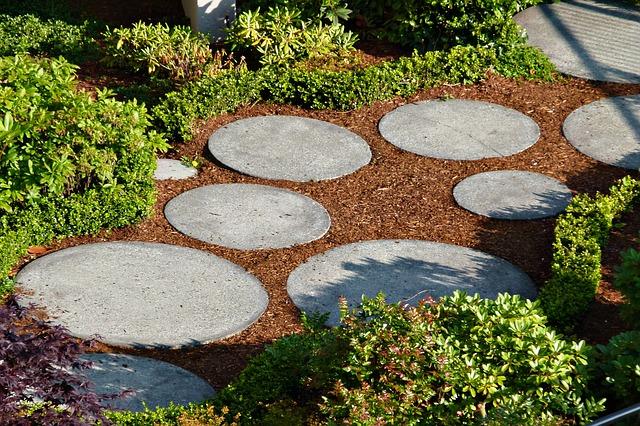 ścieżka-wokół-domu-z-kamienia