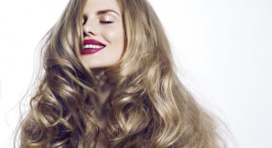 Pasemka czy baleyage – jak zrobić świetliste refleksy na blond włosach?