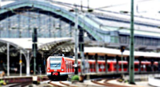 pociąg na dworcu