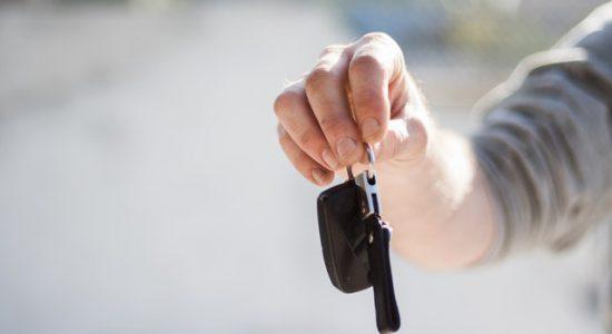 Mechanik z kluczami do samochodu