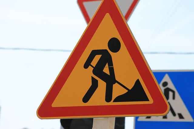 Znak drogowy o pracach na drodze