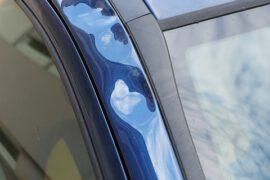 Wgniecenia na drzwiach samochodu