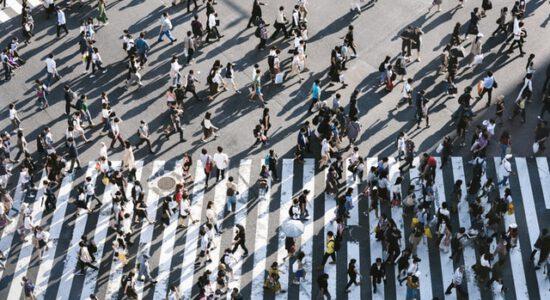 Tłum ludzi na ulicy