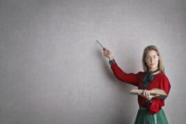 Nauczycielka przy ścianie