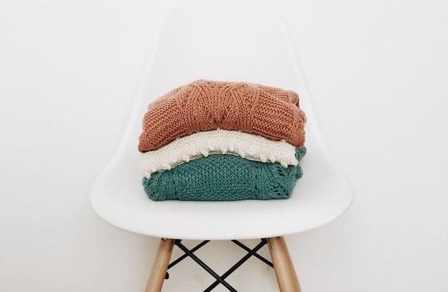 Swetry na krześle
