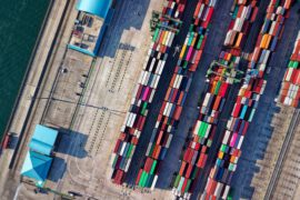 kontenery z towarem do transportu