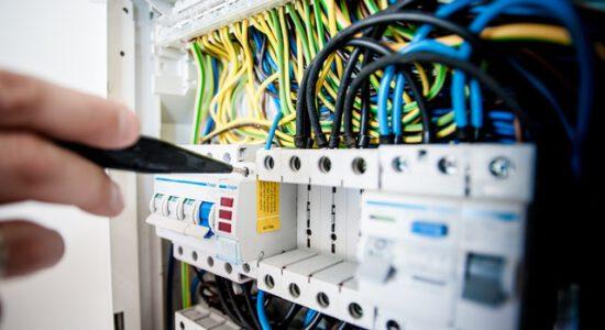 skrzynka sterownicza z kablami